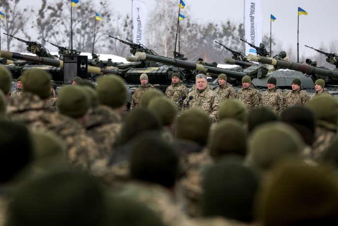 Le président ukrainien PetroPorochenko, au centre, lors d'une cérémonie militaire près deJitomir, dans le centre de l'Ukraine, le 21décembre2018.