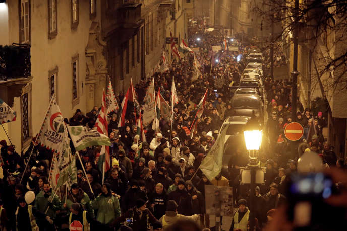 Des Hongrois manifestent contre la réforme du droit du travail voulue par le gouvernement Orban, à Budapest le vendredi 21 décembre.