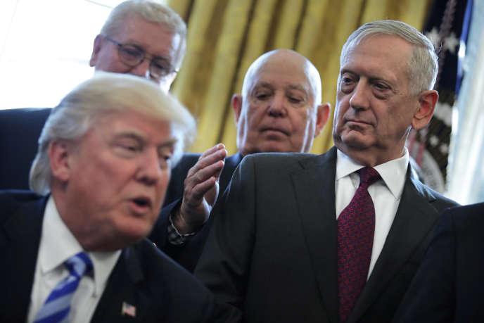 Le secrétaire américain à la défense Jim Mattis (à droite), en présence du président Donald Trump, à la Maison Blanche, enmars 2017.