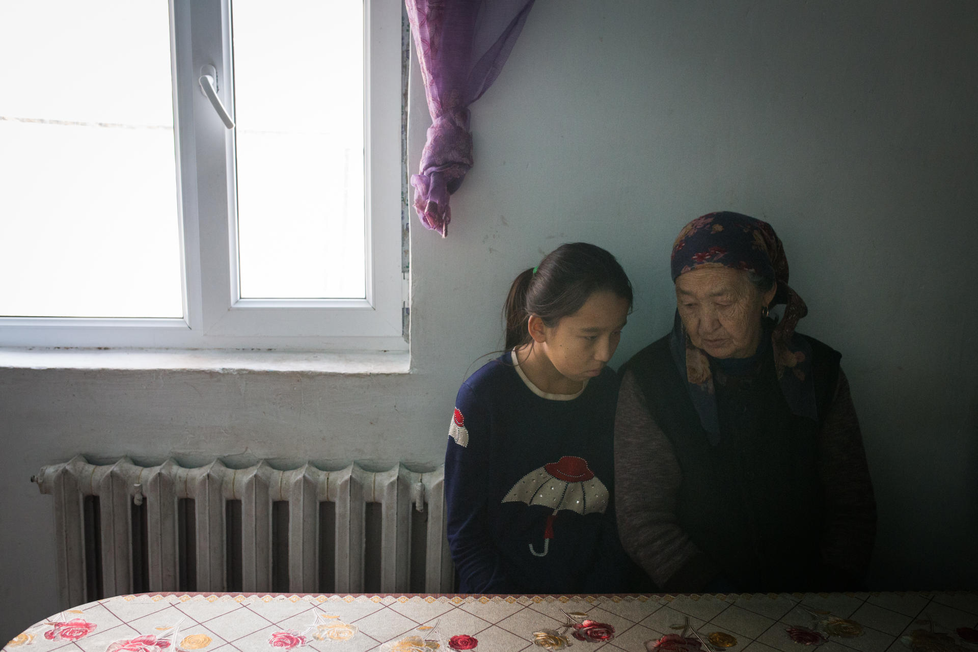 Marmar Torekhan, 12 ans, avec sa grand-mère, Khalisha Abdrasic. Depuis que ses parents sont retenus en Chine, Marmar vit avec ses grand-parents dans un village proche d'Almaty. A Karaturyk, Kazakhstan, en décembre 2018.