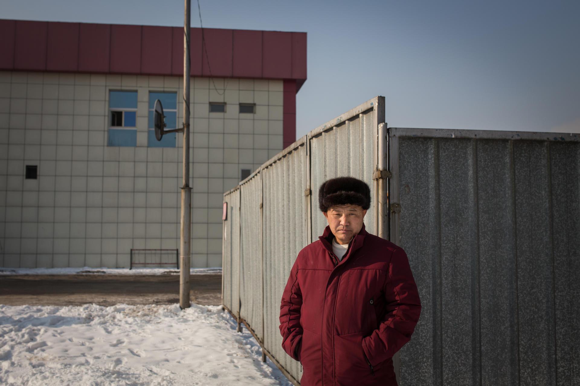 Orinbek Koksebek, 38 ans, a passé 125 jours en détention en Chine début 2018. Lui qui parle très mal le mandarin devait apprendre par cœur trois chansons:«La Marche des volontaires»(l'hymne national chinois), et deux chants maoïstes,«L'Orient est rouge»,et«Sans le parti communiste, il n'y a pas de Chine nouvelle». S'il ne s'y soumet pas, il risque cinq ans en détention. A six reprises, il fut envoyé au cachot pour vingt-quatre heures,nourri d'un beignet, sans eau. A Almaty, au Kazakhstan, en décembre 2018.