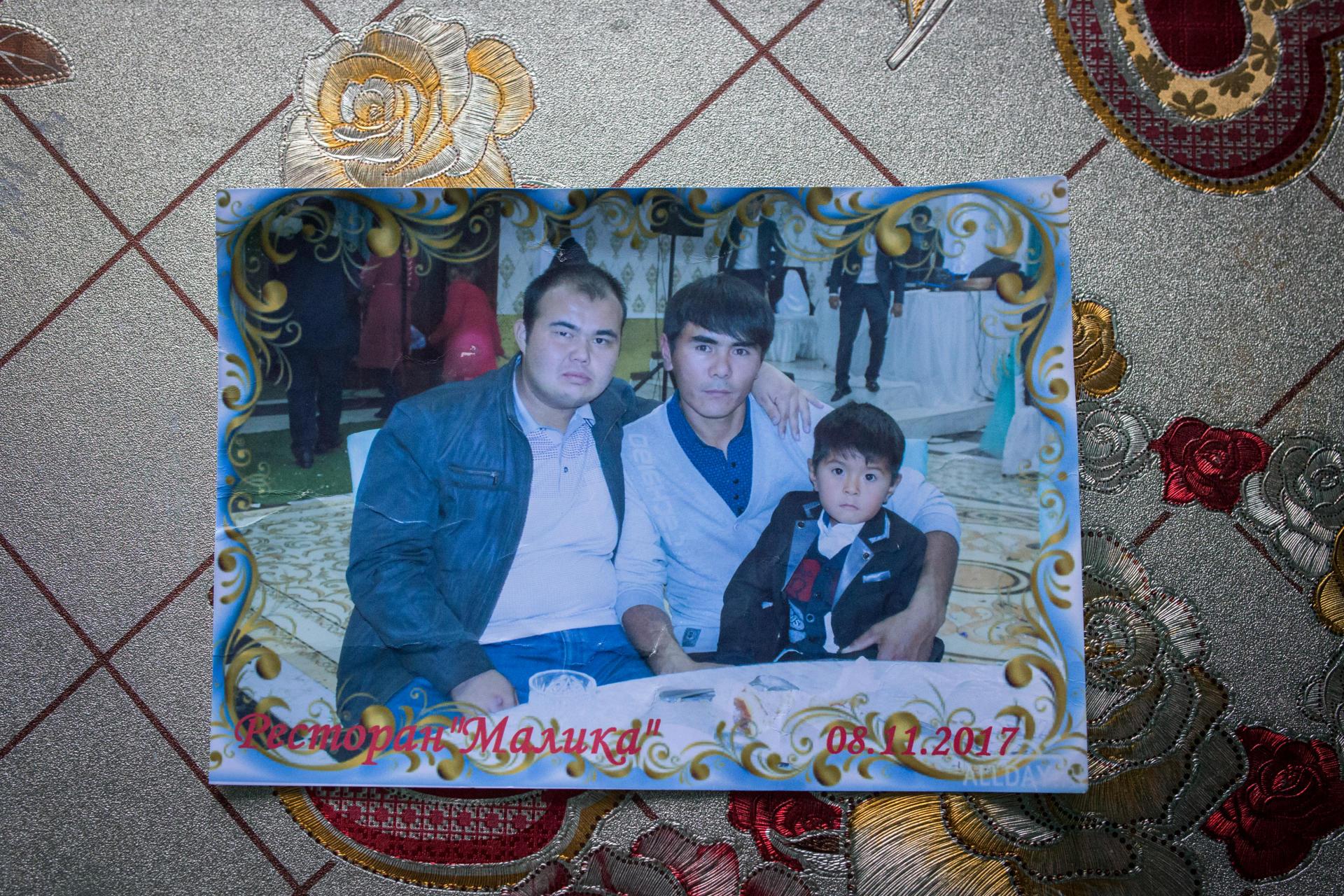 A gauche de l'image, le frère de Marmar, décédé peu après que ses parents soient retenus en Chine. A Karaturyk, au Kazakhstan, en décembre 2018.