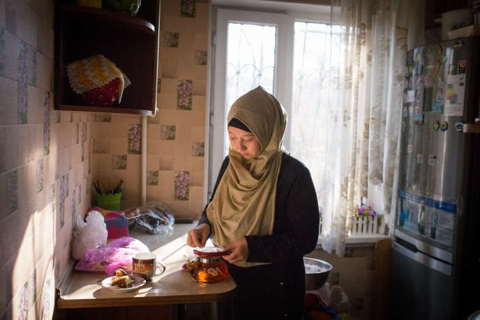 Basitova Guzelest une Ouïghour originaire de la province chinoise du Xinjiang.Sonmari,MejitAdkham, est en détention depuis un an enChine :le gouvernement chinois enferme dans des camps de rééducation ceux qui pratiquent leur religion, voyagent à l'étranger, ou ont de la famille à l'étranger.