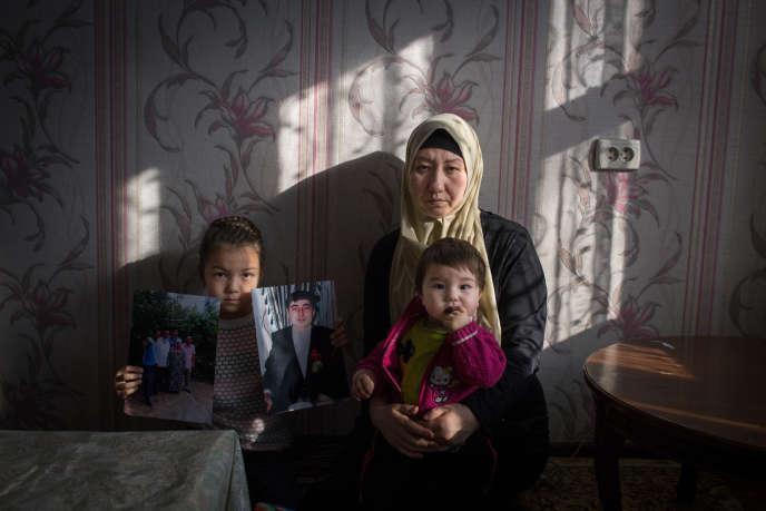 Basitova Guzel et ses enfants, à Almaty (Kazakhstan), le 4 décembre. Mounissa (à gauche), tient le portrait de son père, détenu en Chine depuis un an.