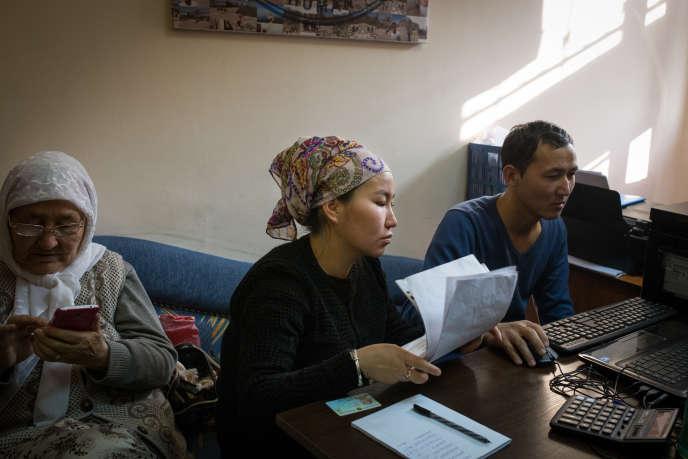 Une femme s'inscrit sur la liste d'attente pour témoigner face aux caméras de l'association Atajurt sur la disparition d'un de ses proches en Chine, à Almaty, le 5 décembre 2018.