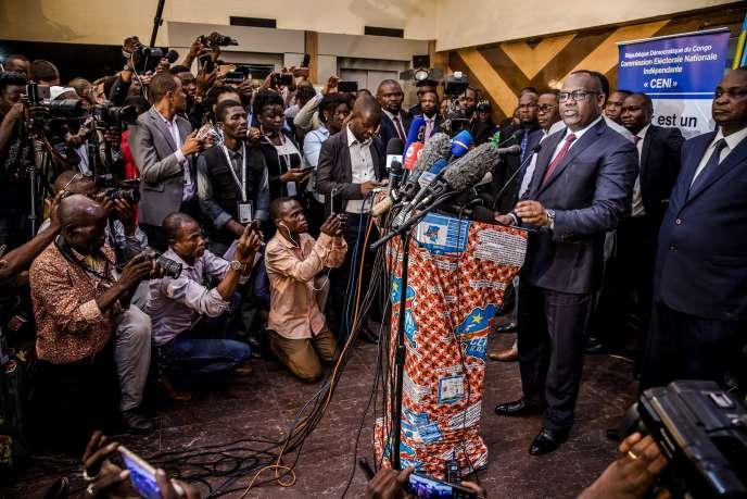 Le président de la CENI, Corneille Naanga, annonce le report de sept jours des élections présidentielle, législatives et provinciales, à Kinshasa, le 20décembre 2018.