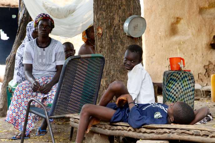 Yaya Sidibé et ses trois enfants dans la cour de sa maison Oussoubidiagna (Mali), le 31 octobre.