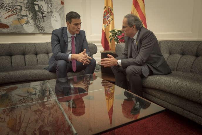 Le président du gouvernement espagnol, Pedro Sanchez (à gauche), et le président de la Catalogne, Quim Torra, jeudi 20 décembre, à Barcelone.
