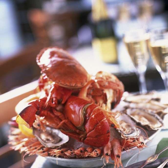 L'incontournable plateau de fruits de mer accompagné de champagne.