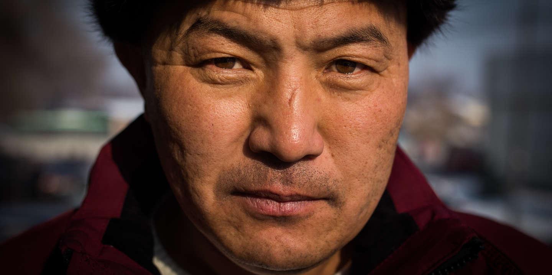 Orynbek Korsebek, d'origine Kazakh, a passé 125 jours dans un camp de rééducation en Chine, dans le Xinjiang. La Chine accuse les minorités Ouïghours et Kazakhs d'extrémisme. Le gouvernement envoie les personnes dans des camps de rééducation s'ils pratiquent leur religion, s'ils voyagent à l'étranger, ou s'ils ont de la famille à l'étranger. Almaty, Kazakhstan, décembre 2018.