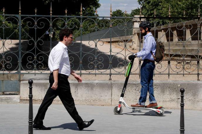 A Paris, les usagers de trottinettes profitent encore de l'absence de législation concernant la circulation sur les trottoirs, le port du casque et le stationnement.