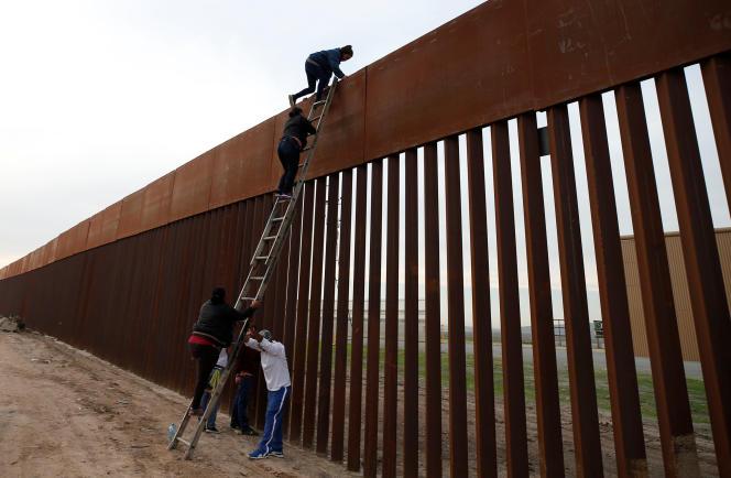 Des migrants du Honduras passent la frontière américano-mexicaine au niveau de la ville de Tijuana, le 21 décembre 2018.