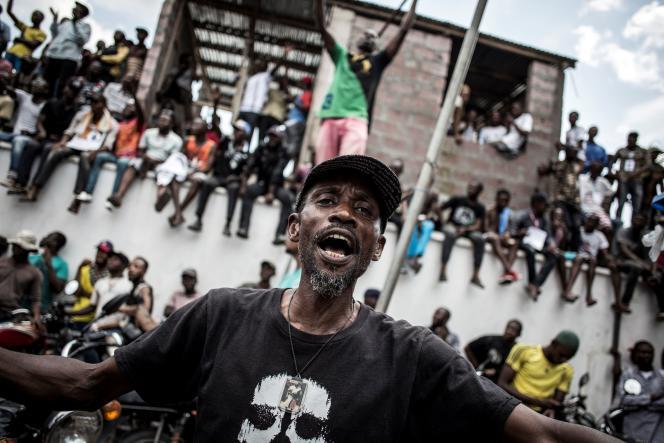 Des partisans de l'Union pour la démocratie et le progrès social (UDPS, opposition) attendent une déclaration du dirigeant du parti devant son quartier général, à Kinshasa, le 21décembre2018.