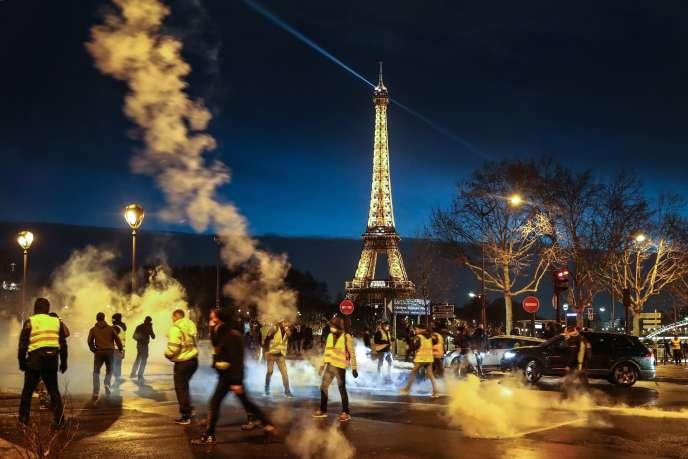 Les «gilets jaunes» renvoient des grenades lacrymogènes alors que la police disperse la fin d'une manifestation dans le centre de Paris le 22décembre.