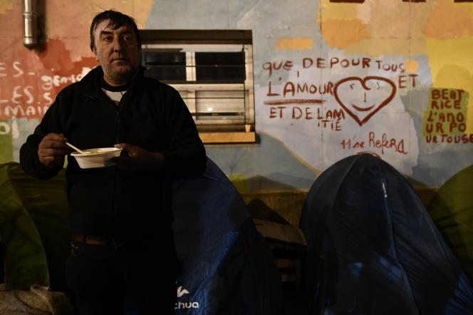Comme des milliers de personnes, un homme se prépare à passer la nuit dehors, à Paris, le 28 février.