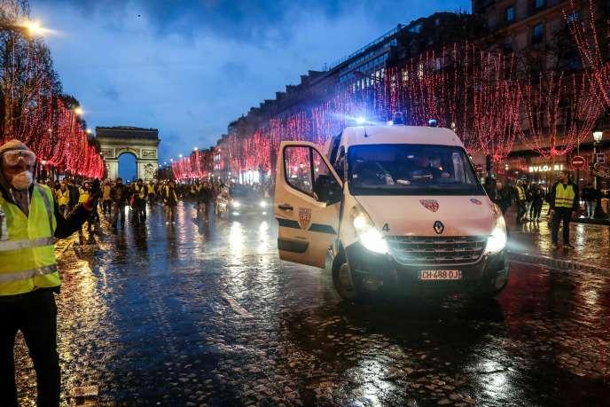 Un véhicule de police sur l'avenue des Champs-Elysées, samedi 22 décembre.