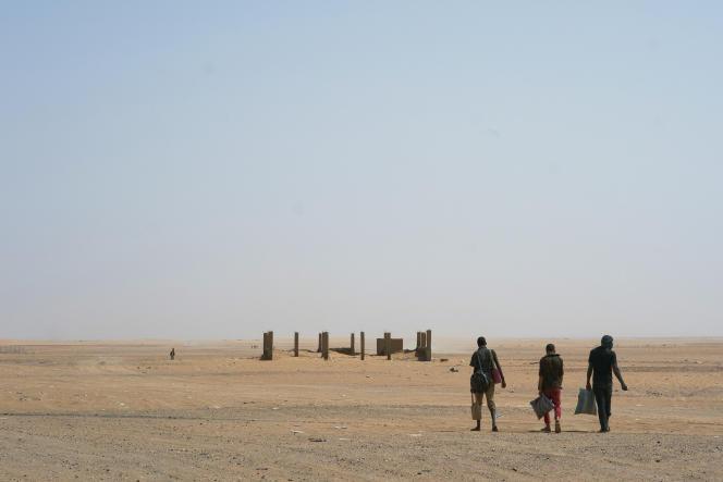 Des migrants dans le désert algérien après avoir passé la frontière nigérienne, en juin 2018.