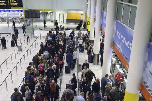 Des passagers en attente d'un vol à l'aéroport de Gatwick, le 22décembre, après l'interruption du trafic provoqué par des drones non identifiés.
