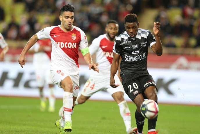 Le Monégasque Radamel Falcao à la lutte avec Félix Eboa de Guingamp