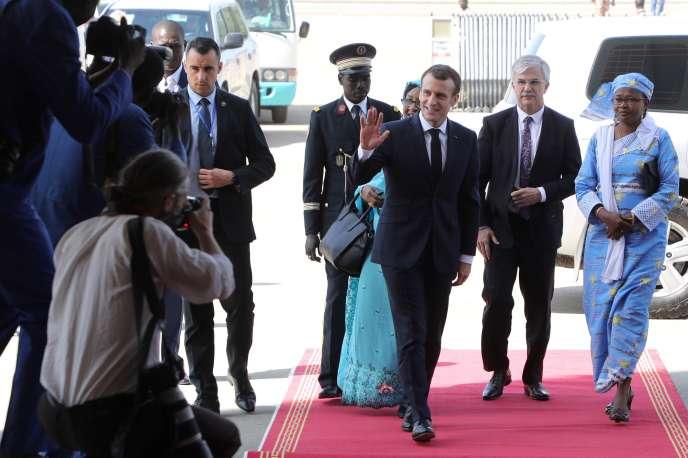 Emmanuel Macron s'apprête à rencontrer des femmes tchadiennes, à N'Djamena, le 23 décembre 2018.