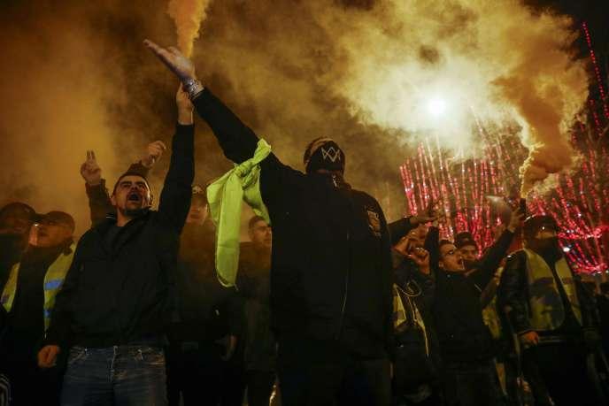 Des manifestants font face à la police antiémeute sur l'avenue des Champs Elysées à l'issue d'une manifestation des «gilets jaunes», le 22 décembre 2018.