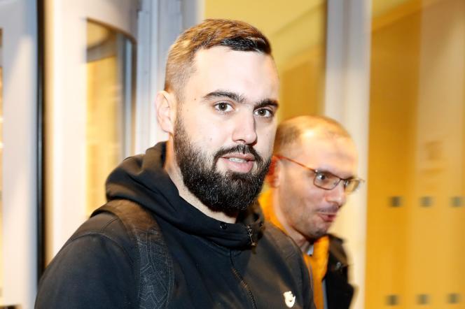 Eric Drouet, l'une des figures du mouvement des « gilets jaunes», s'entretient avec son avocat, Khéops Lara (derrière) alors qu'il quitte le palais de justice de Paris à l'issue de sa garde à vue, le 23 décembre 2018.