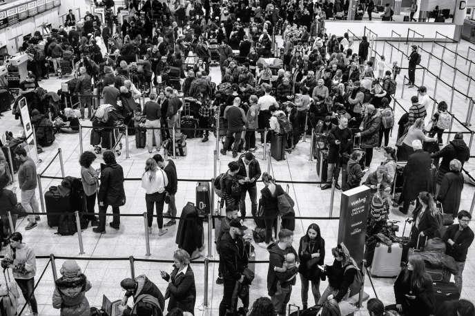 Passagers bloqués au terminal sud de l'aéroport de Gatwick, le 20 décembre 2018, à Londres.