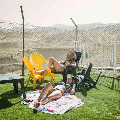 Dans la colonie israélienne Vered Jéricho. Derrière les grillages, le désertde Judée, où sont implantées plusieurs bases militaires de l'État hébreu.