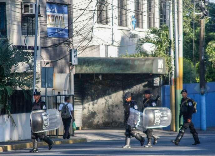 Devant les locaux de la chaîne de télévision 100 % Noticias, fermée par les autorités, le 22 décembre, à Managua.