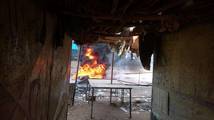 Un incendie allumé lors d'unemanifestationcontre la hausse du prix du pain, àAtbara, dans le nord-est du Soudan, le 20décembre.