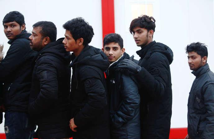 Un groupe de migrants secourus en Méditerranée, dans le port de Malaga, le 7 décembre.