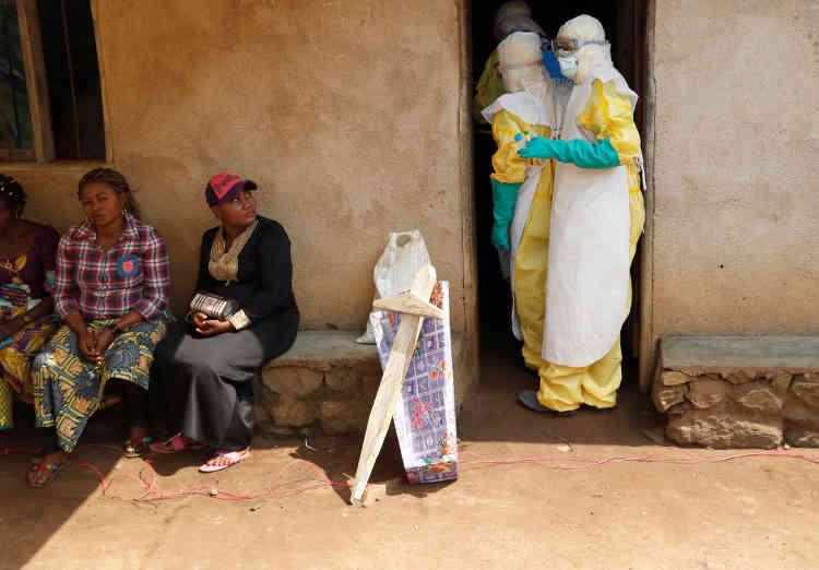 Le personnel sanitaire entre dans une maison où un bébé est probablement mort d'Ebola. A Beni, dans la province du Nord-Kivu, en République démocratique du Congo, le 18 décembre.