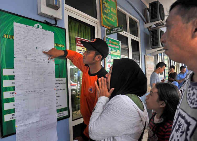 APadeglang, sur l'île de Java, une femme en larmes à la lecture de la liste des disparus.