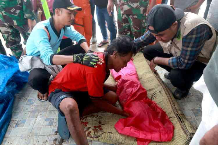 Le 23 décembre, àSouthLampung, un père pleure son fils, retrouvé mort dans les décombres.