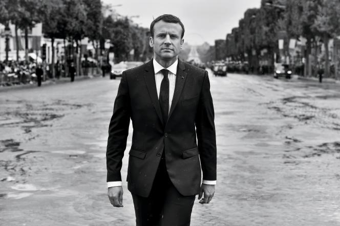 Emmanuel Macron se rend sur le tombeau du Soldat inconnu, le 14 mai 2017, jour de la passationdes pouvoirs.