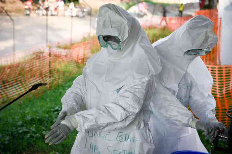 L'équipe médicale de l'unité de soins d'Ebola se prépare à intervenir lors d'une répétition hebdomadaire à l'hôpital de Bwera, dans l'ouest de l'Ouganda, à la frontière avec la République démocratique du Congo, le 12 décembre.