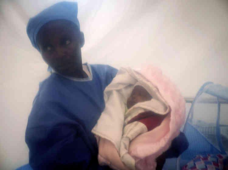 Dans cette photographie datée du 3 décembre, diffusée par l'Unicef, un survivant d'Ebola tient dans ses bras Benedicte, un enfant d'une semaine infecté par le virus à la naissance via sa mère, qui en est morte. Benedicte, qui a guéri, est maintenant appelée « le jeune miracle». Une personne sur trois infectée par Ebola est un enfant. Le taux de mortalité infantile est bien plus élévé que pour les adultes. Centre de traitement contre Ebola, Beni dans la province du Nord-Kivu, République démocratique du Congo.