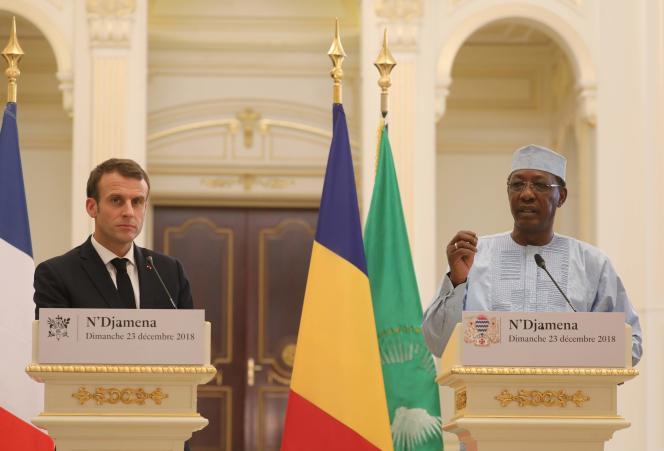 Emmanuel Macron et son homologue tchadien, IdrissDéby, lors de leur conférence de presse commune, à N'Dajména, le 23 décembre.