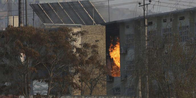 Des flammes sortent d'un complexe gouvernemental après l'attaque commise par plusieurs assaillants, lundi 24 décembre.