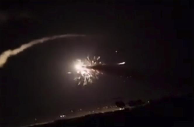 Capture d'écran d'une vidéo fournie par l'agence de presse syrienne officielle SANA, montrant un missile dans le ciel de Damas, le 25 décembre.