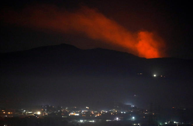 De la fumée s'élève aux abords de Damas, après l'activation du système de défense antiaérien, le 25 décembre.