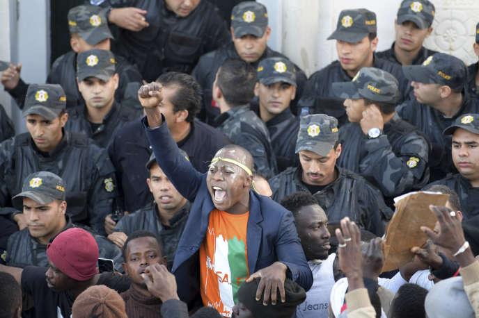 Manifestation d'Ivoiriens devant l'ambassade de leur pays après la mort d'une des figures de leur communauté, à Tunis, le 24décembre.