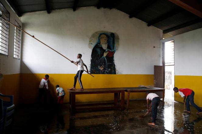 Nettoyage de l'église Saint-Benoît à Kinshasa, en RDC, le 24 décembre 2018, avant la célébration de Noël.