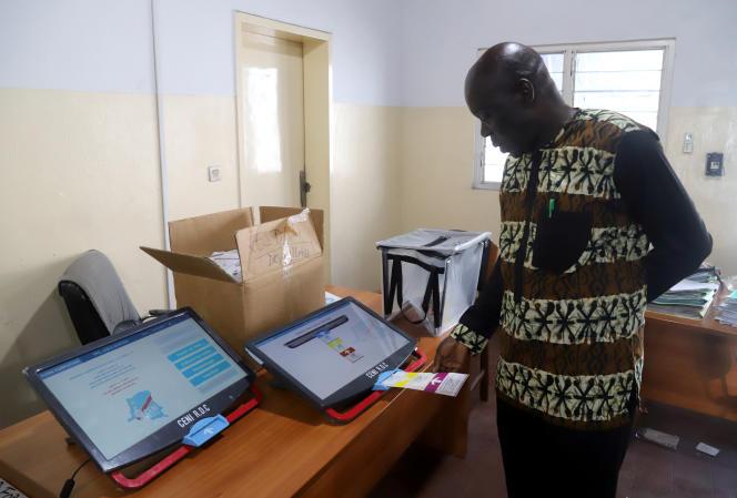 Un employé de la Commission électorale nationale indépendante teste une machine à voter, le 24décembre 2018 à Kinshasa, à quelques jours des scrutinsprésidentiel, législatifs et provinciaux du30décembre en RDC.