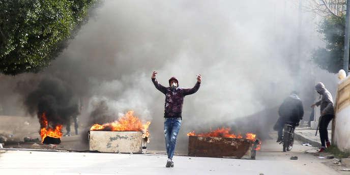 Des jeunes manifestants affrontent la police dans les rues de Kasserine, le25décembre.