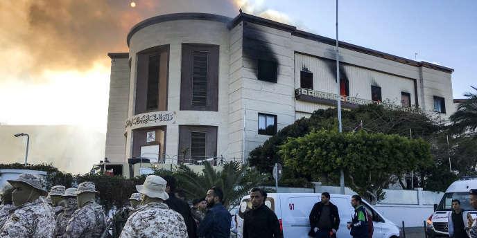 Les forces de sécurité devant le ministère des affaire étrangères attaqué le 25 décembre, à Tripoli (Libye).
