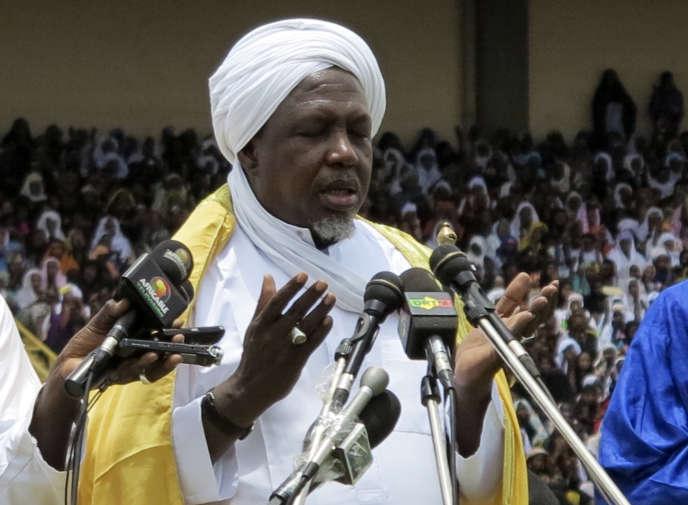 Le président du Haut Conseil islamique du Mali, Mahmoud Dicko, lors d'une prière pour la paix dans le grand stade de Bamako, le 12 août 2012.