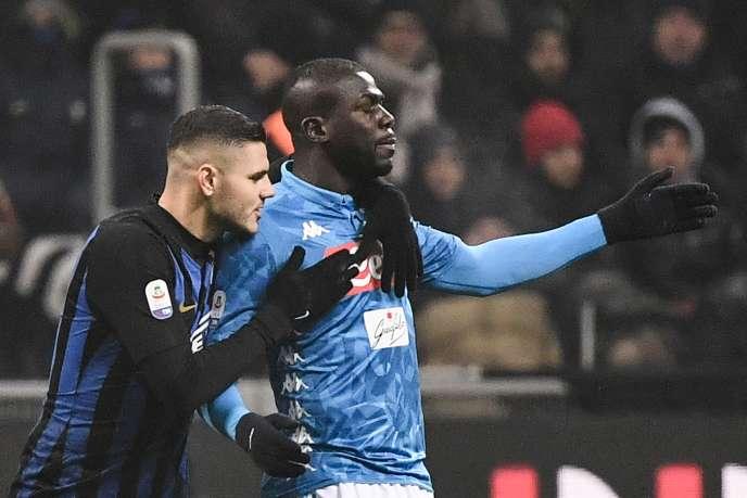 L'attaquant de l'Inter de Milan Mauro Icardi réconforte le défenseur de Naples Kalidou Koulibaly après son carton rouge, le 26 décembre.