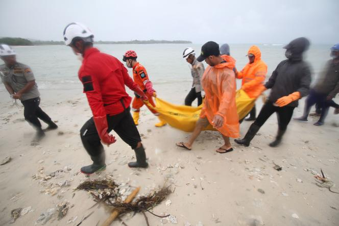 Evacuation d'une victime du tsunami trois jours après son passage sur la plage de Tanjung Lesung, dans la province indonésienne de Banten, le 25 décembre.