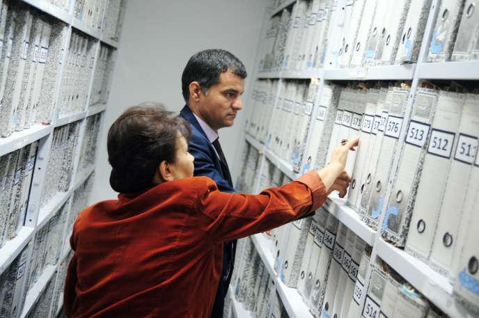 Les responsables de l'Instance vérité et dignité, Sihem Bensedrine et Mabrouk Aounalla, aux archivesde l'organisation, à Tunis, le 13 décembre.